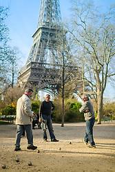 Senhores jogam bocha próximos a Torre Eiffel. A Torre Eiffel é uma torre treliça de ferro do século XIX localizada no Champ de Mars, em Paris, foi construída como o arco de entrada da Exposição Universal de 1889. FOTO: Jefferson Bernardes/ Agência Preview