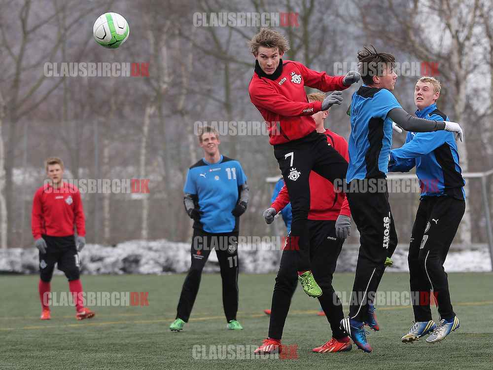 Anders Holst (FC Helsingør) vinder hovedstødsduel med Luka Dumic (Roskilde KFUM).