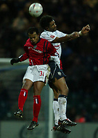 Fotball<br /> FA Cup England 2004/2005<br /> 3. runde<br /> 08.01.2005<br /> Foto: SBI/Digitalsport<br /> NORWAY ONLY<br /> <br /> Preston NE v West Bromwich Albion<br /> <br /> Robert Earnshaw of West Bromich Albion jumps for a header with Dickson Etuhu of Preston North End.
