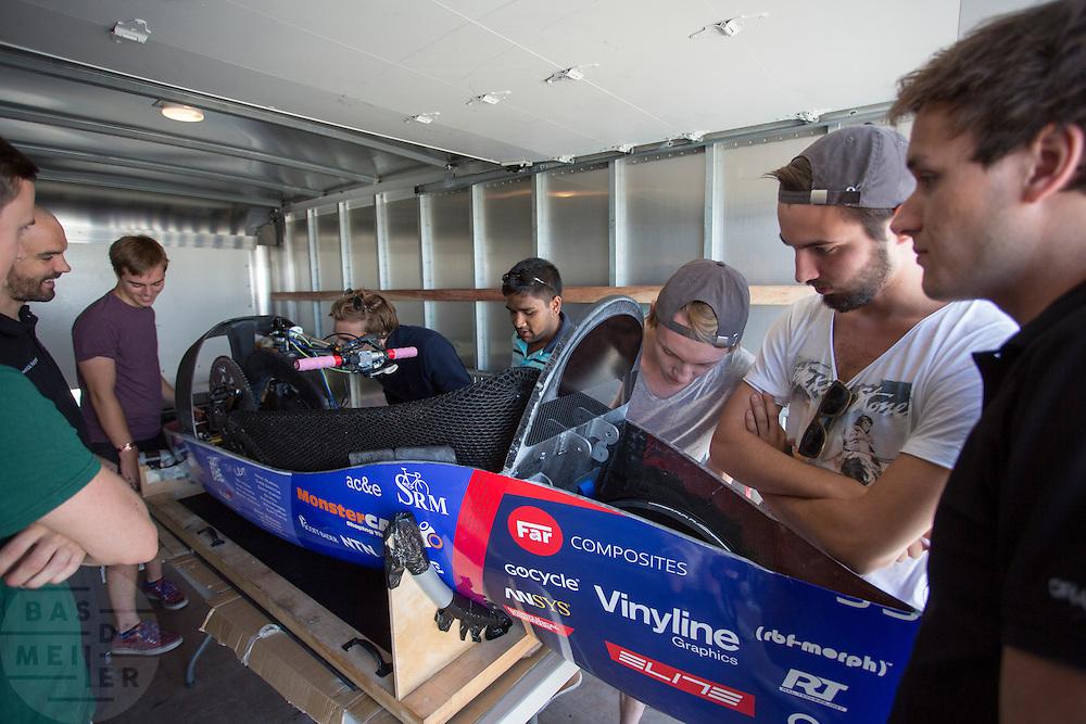 De technici bekijken de fiets van het team van de Universiteit van Liverpool. Het Human Power Team Delft en Amsterdam (HPT), dat bestaat uit studenten van de TU Delft en de VU Amsterdam, is in Amerika om te proberen het record snelfietsen te verbreken. Momenteel zijn zij recordhouder, in 2013 reed Sebastiaan Bowier 133,78 km/h in de VeloX3. In Battle Mountain (Nevada) wordt ieder jaar de World Human Powered Speed Challenge gehouden. Tijdens deze wedstrijd wordt geprobeerd zo hard mogelijk te fietsen op pure menskracht. Ze halen snelheden tot 133 km/h. De deelnemers bestaan zowel uit teams van universiteiten als uit hobbyisten. Met de gestroomlijnde fietsen willen ze laten zien wat mogelijk is met menskracht. De speciale ligfietsen kunnen gezien worden als de Formule 1 van het fietsen. De kennis die wordt opgedaan wordt ook gebruikt om duurzaam vervoer verder te ontwikkelen.<br /> <br /> The technicians take a look at the bike of the University of Liverpool. The Human Power Team Delft and Amsterdam, a team by students of the TU Delft and the VU Amsterdam, is in America to set a new  world record speed cycling. I 2013 the team broke the record, Sebastiaan Bowier rode 133,78 km/h (83,13 mph) with the VeloX3. In Battle Mountain (Nevada) each year the World Human Powered Speed Challenge is held. During this race they try to ride on pure manpower as hard as possible. Speeds up to 133 km/h are reached. The participants consist of both teams from universities and from hobbyists. With the sleek bikes they want to show what is possible with human power. The special recumbent bicycles can be seen as the Formula 1 of the bicycle. The knowledge gained is also used to develop sustainable transport.