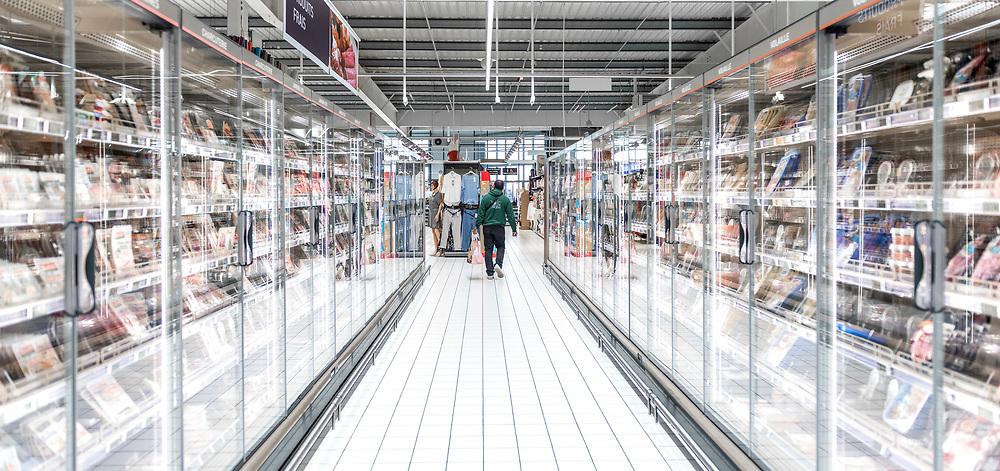 L'Intermarché de La Loupe, le 18 mars 2020.<br /> Chaque client doit faire ses courses seul et garder ses distances par rapport au personnel et aux autres clients du supermarché.