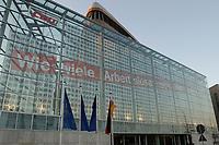 """15 JAN 2002, BERLIN/GERMANY:<br /> Bundesgeschaeftsstelle der CDU, Konrad-Adenauer-Haus, mit dem grossflaechig ueber die gesammte Gebaeudefassade angebrachten Frage """"Wie viele Arbeitslose noch, Herr Schroeder?""""<br /> IMAGE: 20020115-03-003<br /> KEYWORDS: Gebäude, Haus, Bundesgeschäftsstelle, Werbung, promotion, Plakat, bill"""