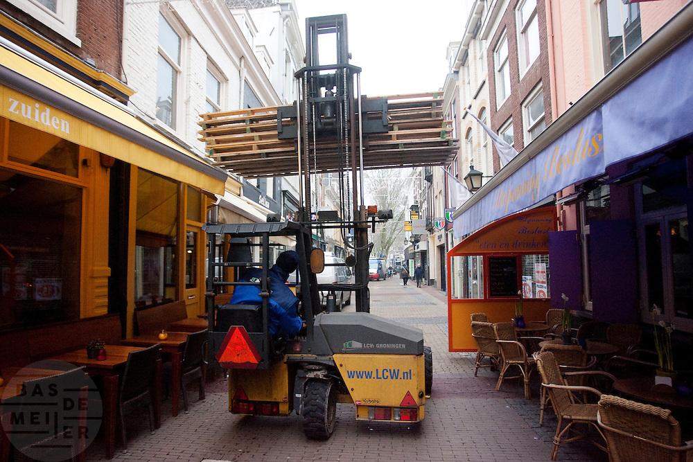 Een heftruck manouvreert met pallets door de nauwe binnenstraten van Utrecht