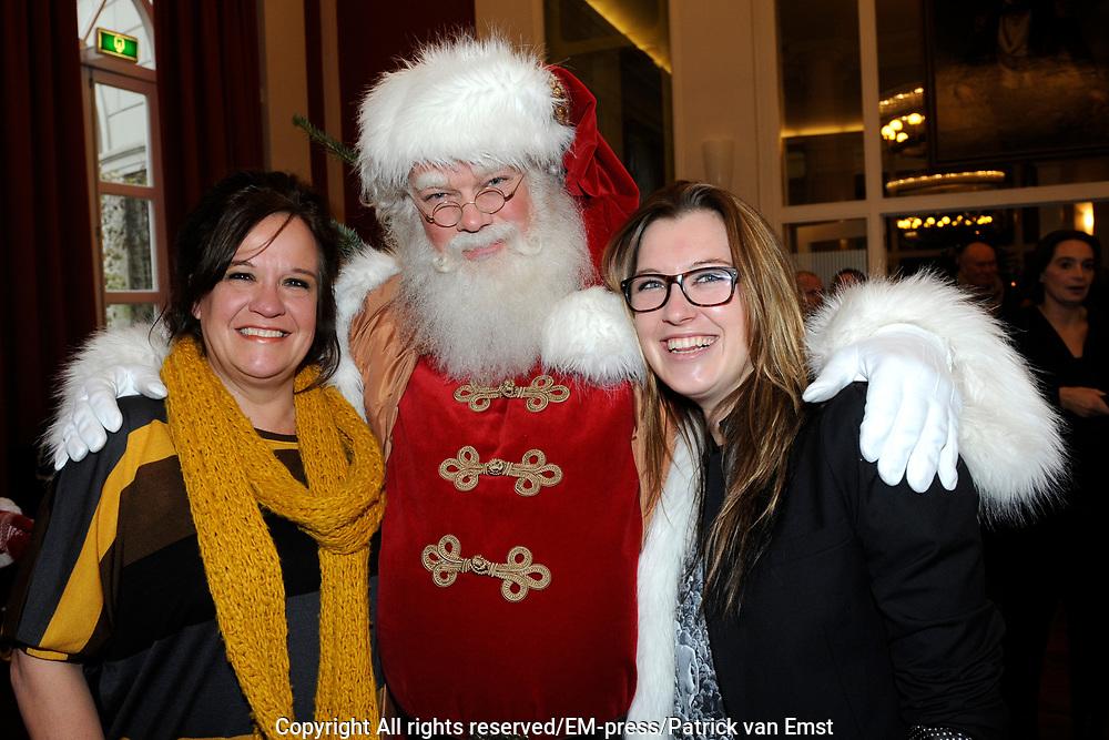Sky Radio Christmas Tree for Charity 2011 in Artis, Amsterda.<br /> <br /> Op de foto: Xandra Brood en Lola Brood samen met de kerstman