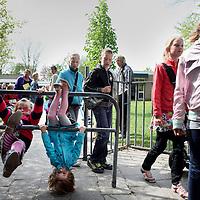 Nederland, Achlum , 27 april 2011..Schoolgaande kinderen uit Achlum woensdagmiddag verlaten de school..Achlum is een dorp, dat vanaf 1 januari 1984 bij de gemeente Franekeradeel behoort, in de provincie Friesland (Nederland). Het is een terpdorp aan de Slachtedyk met ongeveer 635 inwoners (2009)..Achlum ligt ten zuidoosten van Harlingen en ten zuidwesten van Franeker..Om te vieren dat Achmea tweehonderd jaar geleden door Ulbe Piers Draisma in Achlum werd opgericht, organiseert de verzekeraar op 28 mei 2011 de Conventie van Achlum. Allerlei sprekers hebben toegezegd naar Achlum te komen, waaronder Bill Clinton, oud-president van de Verenigde Staten. Alle bewoners van het dorp worden bij de festiviteiten betrokken..Foto:Jean-Pierre Jans