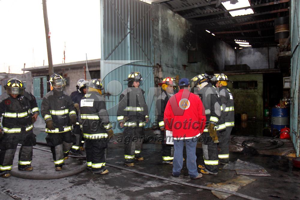 Toluca, Mex.- Bomberos de Toluca acudieron a sofocar un incendio que se registró en un taller de armado de colchones ubicado en San Lorenzo Tepaltitlán, se presume que la causa del siniestro fue un corto circuito, no se registraron lesionados en el lugar. Agencia MVT / Crisanta Espinosa. (DIGITAL)<br /> <br /> NO ARCHIVAR - NO ARCHIVE
