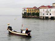 Descanso de lluvia   Ciudad de Panamá.<br /> <br /> Edición de 3   Víctor Santamaría.