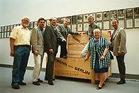 26 AUG 1999, BERLIN/GERMANY:<br /> Horst Kubatschka, Hans-Peter Kemper, Klaus Lennartz, Dieter Grasedieck, Hans-Werner Bertl, Brunhilde Irber und Friedhelm Julius Beucher, MdB´s der SPD Fraktion und Skeptiker des Berlin Umzugs oder des Umzugs in provisorische Büros sind angekommen. Hier mit einer Holzkiste, die für den Transport eines Kunstobjekts, einer Herz-Hälfte, genutzt wurde, deren Gegenstück in Bonn verblieben ist<br /> IMAGE: 19990826-02/02-26<br /> KEYWORDS: Umzug, Kiste