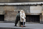 Frankrijk, Parijs, 28-3-2010Een man en een vrouw wachten op de bus in het centrum van de stad.Foto: Flip Franssen/Hollandse Hoogte