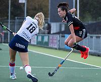 AMSTELVEEN -   Fay van der Elst (Adam) ontwijkt Yibbi Jansen (SCHC)   tijdens de hoofdklasse hockeywedstrijd dames, zonder publiek vanwege COVID-19, AMSTERDAM-SCHC (2-2). COPYRIGHT KOEN SUYK