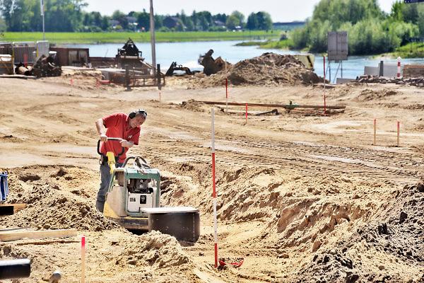 Nederland, Zutphen, 7-5-2018Een medewerker van een grondbedrijf, een stratenmaker, bezig met aantrillen van de grond waarna het nieuwe wegdek gelegd kan worden.Foto: Flip Franssen