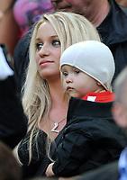 Fotball<br /> Tyskland<br /> Foto: Witters/Digitalsport<br /> NORWAY ONLY<br /> <br /> 24.07.2009<br /> <br /> Monika Podolski mit Sohn Louis, Ehefrau von Lukas Podolski Koeln<br /> <br /> Fussball Testspiel 1. FC Köln - FC Bayern München