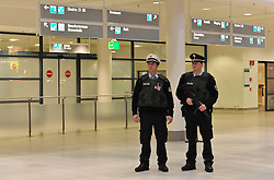 19.11.2010, Flughafen, Bremen, GER, Sicherheitsmaßnahmen am Airport Bremen, im Bild Polizisten mit kugelsicherer Weste und Maschinengewehr laufen durch den Bremer Flughafen   EXPA Pictures © 2010, PhotoCredit: EXPA/ nph/  Frisch+++++ ATTENTION - OUT OF GER +++++