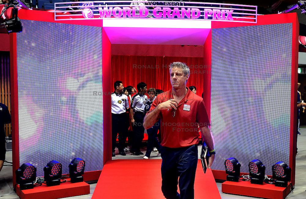 29-08-2013 VOLLEYBALL: WGP FINAL USA - SERVIE: SAPPORO<br /> USA verliest met 3-1 van Servie / Head coach Karch Kiraly<br /> ©2013-FotoHoogendoorn.nl