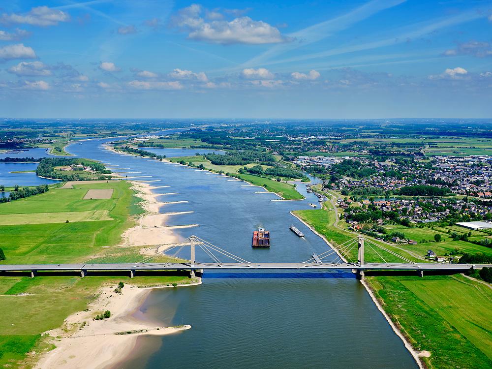 Nederland, Gelderland, gemeente West Maas en Waal; 14–05-2020; rivier de Waal ter hoogte van Beneden-Leeuwen. Duwbak passeert de Prins Willem Alexanderbrug (N323).<br /> River Waal at the height of Beneden-Leeuwen. Push barge passes the Prins Willem Alexander Bridge<br /> luchtfoto (toeslag op standaard tarieven);<br /> aerial photo (additional fee required)<br /> copyright © 2020 foto/photo Siebe Swart