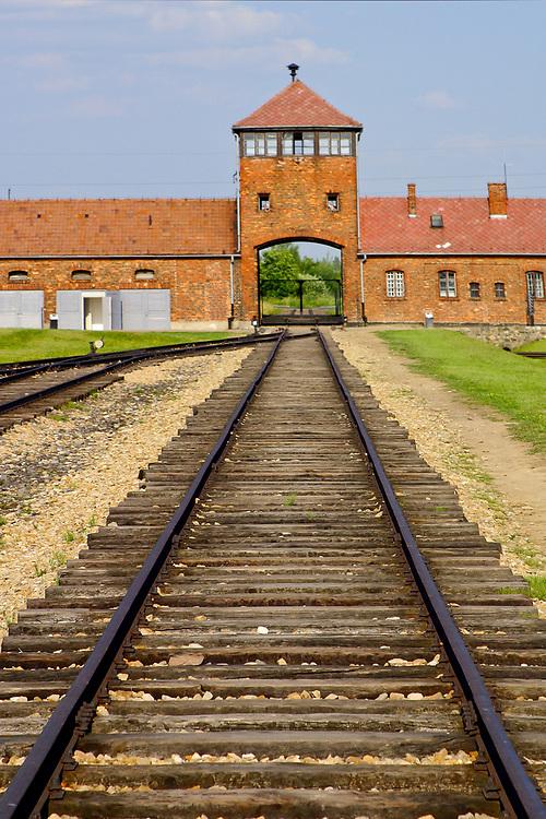 Linie kolejowe prowadzące od wieży widokowej nad bramą główną w obozie koncentracyjnym w obozie koncentracyjnym Birkenau (Auschwitz II - Birkenau)<br /> Railway lines leading inside from the watch tower above the main entrance gate at Birkenau (Auschwitz II - Birkenau) Nazi concentration camp