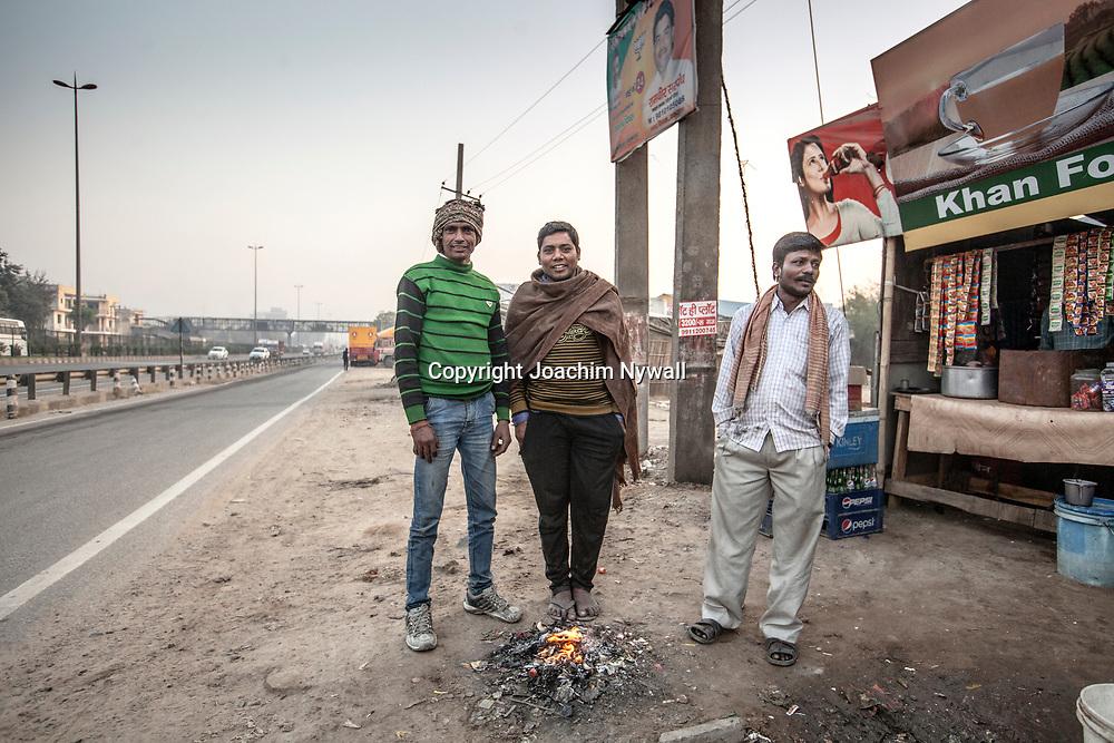 Delhi 2017 03 09 Indien<br /> Tre män vid en liten eld bredvid en liten vägrestaurang <br /> <br /> <br /> ----<br /> FOTO : JOACHIM NYWALL KOD 0708840825_1<br /> COPYRIGHT JOACHIM NYWALL<br /> <br /> ***BETALBILD***<br /> Redovisas till <br /> NYWALL MEDIA AB<br /> Strandgatan 30<br /> 461 31 Trollhättan<br /> Prislista enl BLF , om inget annat avtalas.