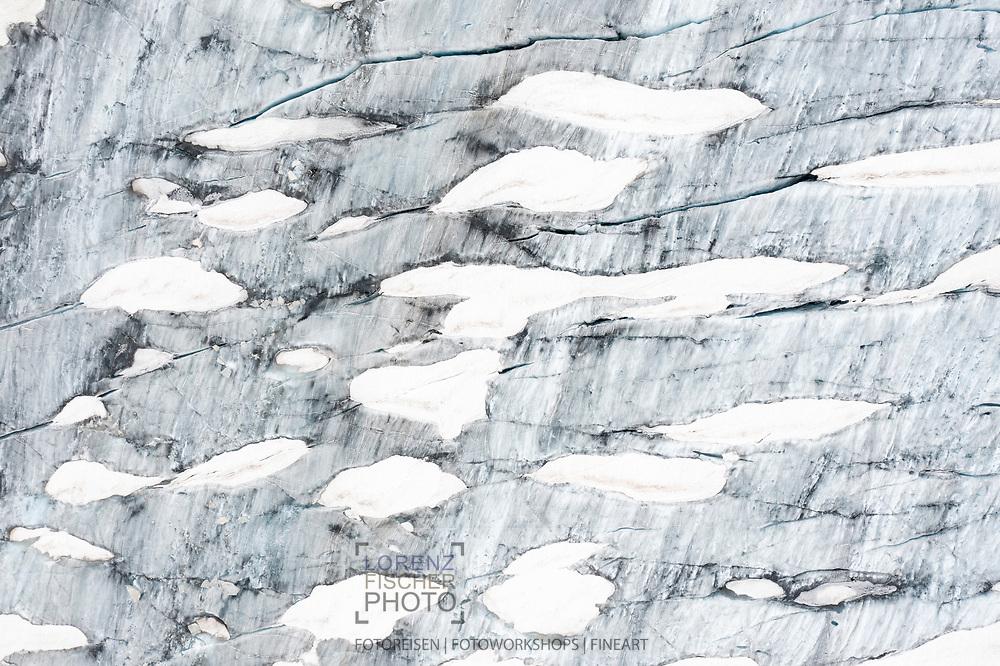 Strukturen aus Schnee und Eis auf dem Rhonegletscher; Furka, Wallis, Schweiz / <br /> <br />  Structures made of snow and ice on the Rhone glacier; Furka, Valais, Switzerland