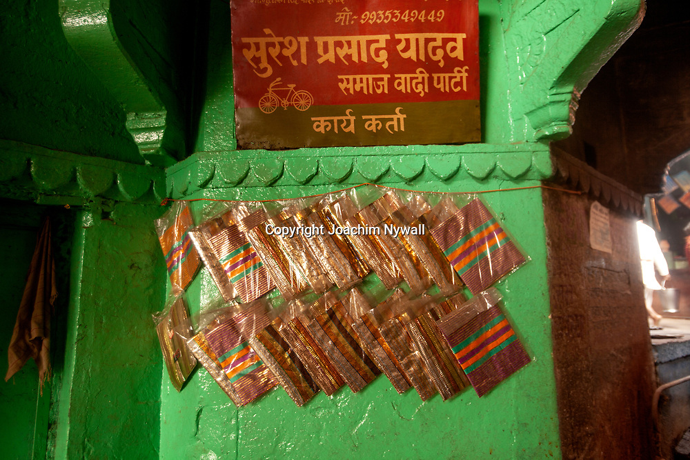 2014 11-07 Varanasi Uttar Pradesh <br /> India Indien<br /> Vid det stora kremerings ghatet <br /> <br /> <br /> ----<br /> FOTO : JOACHIM NYWALL KOD 0708840825_1<br /> COPYRIGHT JOACHIM NYWALL<br /> <br /> ***BETALBILD***<br /> Redovisas till <br /> NYWALL MEDIA AB<br /> Strandgatan 30<br /> 461 31 Trollhättan<br /> Prislista enl BLF , om inget annat avtalas.