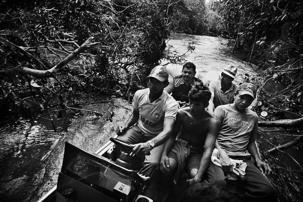 Brazil, Amazonas, Eldorado do Juma.<br /> <br /> Grota rica, garimpeiros.<br /> Eldorado do Juma est maintenant un bidonville de plastique noir et de misere croissante sur la rive du fleuve, qui attire les prospecteurs. Des centaines d'hommes y creusent la boue sur leurs petites parcelles delimitees par des branchages et des ficelles. A la fin du jour, les plus chanceux auront trouve quelques poussieres d'or, vendues ensuite 40 reals le gramme (14,5 euros) a Apui, 65km au nord. Les plus riches du coin sont ceux et celles qui cuisinent, nettoient, divertissent ou transportent les mineurs. Il y a trop de prospecteurs pour la teneur du filon principal, du coup les garimpeiros s'eparpillent sur une surface qui couvre plus de 40 hectares. Un service de canots taxi s'est organise pour transporter les hommes d'un point a l'autre de la foret.
