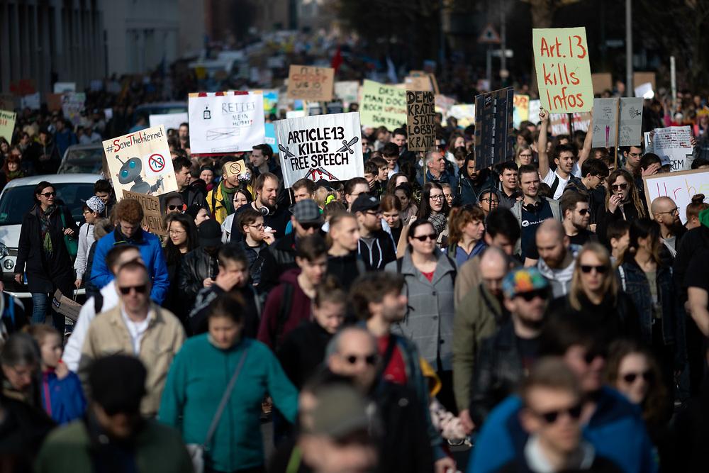 """Mehrere zehntausend Menschen protestieren in Berlin unter dem Motto """"Save your Internet"""" gegen die geplante EU-Urheberrechtsreform. Die Demonstranten kritisieren den geplanten Artikel 13 der Reform, der Internetanbieter verpflichtet, urheberrechtlich geschützte unlizenzierte Inhalte zu entfernen. Sie befürchten, dass dies durch sogenannte Uploadfilter geschieht.<br /> <br /> [© Christian Mang - Veroeffentlichung nur gg. Honorar (zzgl. MwSt.), Urhebervermerk und Beleg. Nur für redaktionelle Nutzung - Publication only with licence fee payment, copyright notice and voucher copy. For editorial use only - No model release. No property release. Kontakt: mail@christianmang.com.]"""