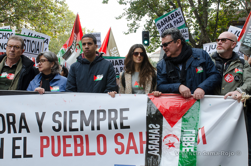 Madrid, Spain. 12th November, 2016. Human Rights Activist Hassana Aalia (L, with blue coat), Spanish actress Clara Lago (C, with sunglasses) and Jose Taboada (R), President of CEAS-Sahara during the demonstration held in Madrid.