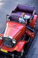 Cuba, Santiago de Cuba, Parc Cespedes // Cuba, Santiago de Cuba, Park Cespedes, old car