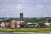 Nederland, Nijmegen, 20-8-2019  Aan de overkant van de Waal, in de vinexwijk Waalsprong, Lent, staat sinds enkele jaren een simpele blokkendoos die het van der valkhotel huisvest .Foto: Flip Franssen