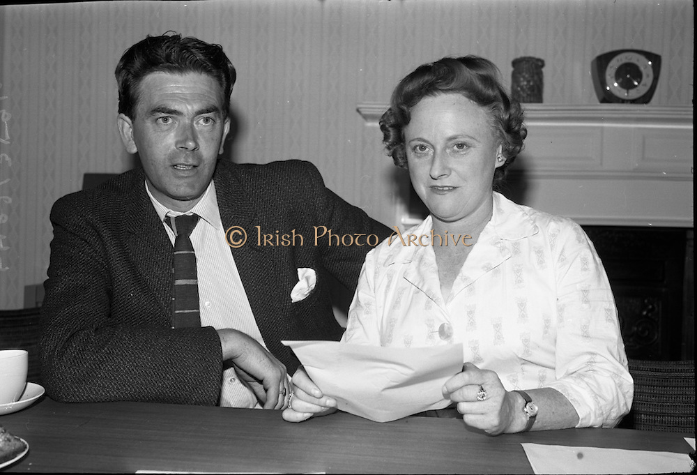 Presentation of prizes at the Irish Countrywomans Association. Adjudications in the Drama competition, Mr. Barry Cassin and Miss Nora Lever.<br /> 04.09.1964