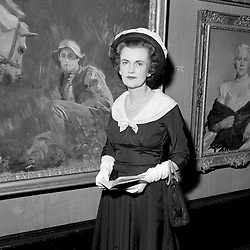 June 1957 - The Duchess of Argyll at the Royal Academy Summer Exhibition.<br /> <br /> Photo by Desmond O'Neill Features Ltd.  +44(0)1306 731608  www.donfeatures.com