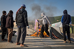 Letzter Tag des sogenannten Jungle Fluechtlingscamp am Rande der franzoesischen Stadt Calais vor der angesetzten Raeumung. Viele tausend Migranten und Fluechtlinge harren teilweise seit Jahren in der Hafenstadt aus in der Hoffnung den Aermelkanal nach Groflbritannien ueberqueren zu koennen. Die franzoesischen Behoerden kuendigten an, dass sie das Camp, indem derzeit bis zu bis zu 10.000  Menschen leben K¸rze raeumen werden. / 231016<br /> <br /> [Last day of the of the so called Jungle refugee camp on the outskirts of the French city of Calais before the scheduled eviction. Many thousands of migrants and refugees are waiting in some cases for years in the port city in the hope of being able to cross the English Channel to Britain. French authorities announced that they will shortly evict the camp where currently up to up to 10,000 people live.]