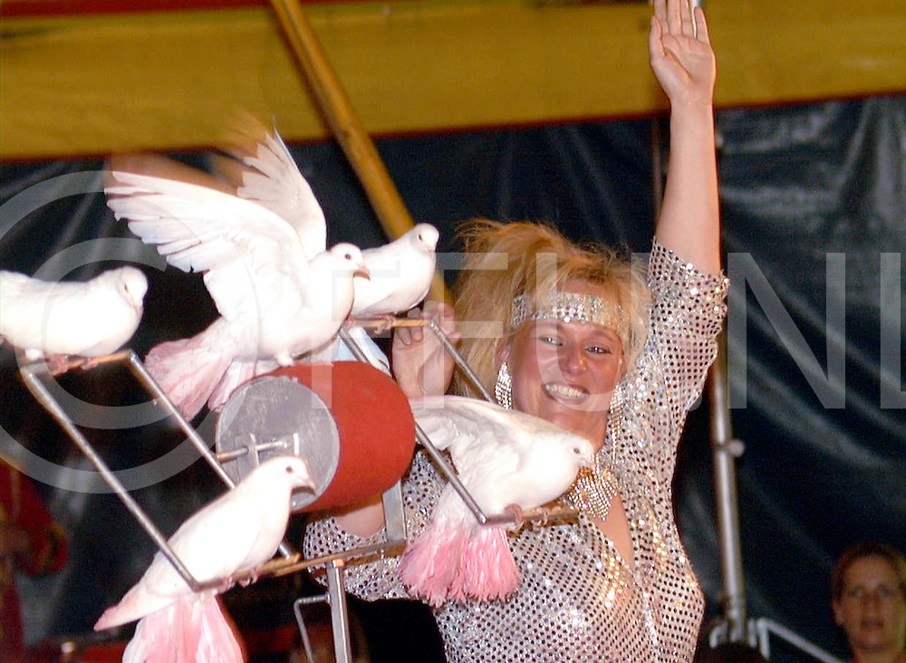 Fotografie Frank Uijlenbroek©2001/Frank Brinkman.010725 holten ned.kinder circus bavaria met vele acts zoals foto met duiven.fu010725_08