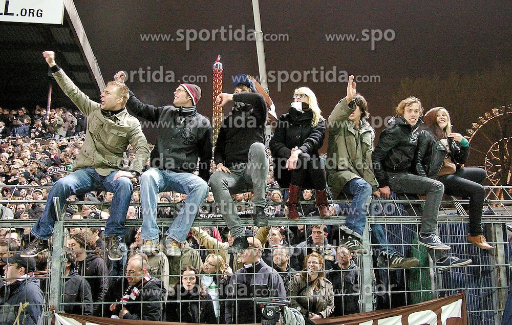 12.04.2010, Millerntor-Stadion, Hamburg, GER, 2. FBL, FC St. Pauli vs FC Augsburg, im Bild St. Pauli-Fans sitzen nach dem Spiel jubelnd auf dem Zaun   EXPA Pictures © 2010, PhotoCredit: EXPA/ nph/  Frisch / SPORTIDA PHOTO AGENCY
