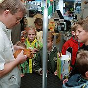 Dierendag 1999, dierenarts Stekelenburg onderzoekt een hamster