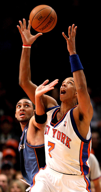 epa00568056 The Knicks' Channing Frye (R) and Wizards' forward Jared Jeffries battle for the ball during the New York Knicks' 86-75 loss to the Washington Wizards at Madison Square Garden Friday 04 November 2005 in New York.  EPA/JUSTIN LANE