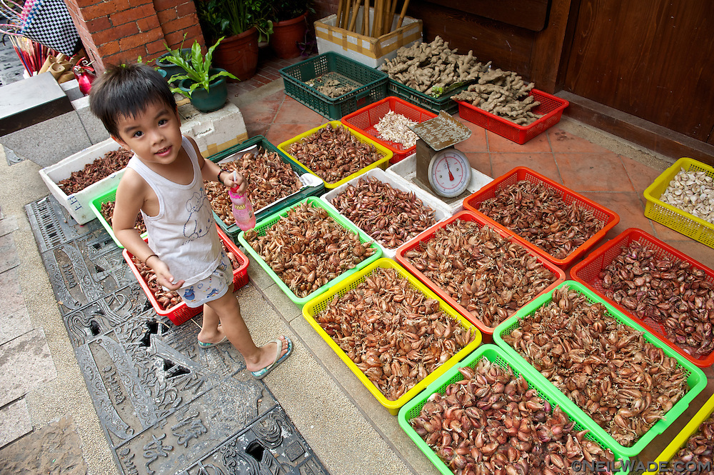 Many local fruits, vegetables and spices can also be bought on Shenkeng's Old Street.