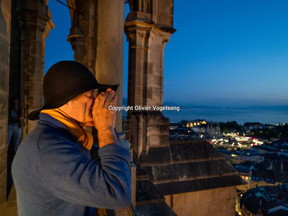 Lausanne, 14 juin 2021. Le guet Renato Häusler au sommet de la cathédrale de Lausanne. Il annonce l'heure à partir de 22h chaque heure jusqu'à 02h du matin aux quatre coins cardinaux depuis la tour du Beffroi. © Olivier Vogelsang