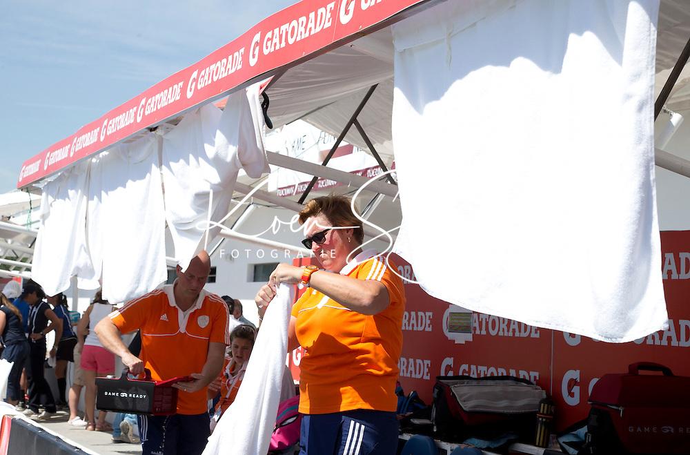 TUCUMAN  Argentinie - Teamarts Connie van Bentum zorgt met handdoeken op te hangen, dat de dug out van Orabnje koel blijft. Het Nederlands vrouwen hockeyteam speelt donderdag tijdens de HWL finaleronde in de kwartfinale tegen de vrouwen van Nieuw-Zeeland. Nederland wint door een doelpunt van Lidewij Welten met 1-0. ANP KOEN SUYK