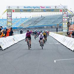 10-03-2021: Wielrennen: Healthy Ageing Tour: Assen <br />De eerste etappe van de Healthy Ageing Tour is gewonnen door Jolien D'hoore. Na 126 kilometer over het TT-circuit in Assen bleek zij in de massasprint te snel voor Alice Barnes (tweede) en Karlijn Swinkels (derde).