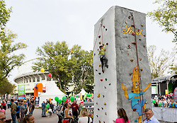 24.09.2016, Prater, Wien, AUT, Tag des Sports 2016, im Bild ein Junge auf einer Kletterwand beim Stand des Kletterverband // during Tag des Sports at Prater in Vienna, Austria on 2016/09/24 EXPA Pictures © 2016 PhotoCredit: EXPA/ Sebastian Pucher