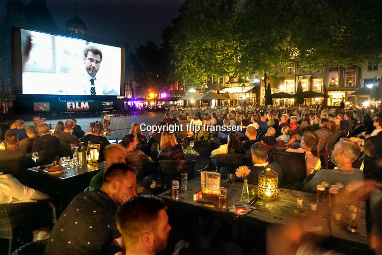 Nederland, the Netherlands, Deventer, 19-8-2016Openluchtbioscoop op de Brink . Filmhuis De Keizer geeft een openbare filmvoorstelling op een plein in de binnenstad . Het evenement wordt druk bezocht .
