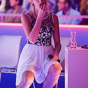 NLD/Hilversum/20130101 - 1e Liveshow Sterren dansen op het IJs 2013, Tess Milne rust uit op een stoel aan de zijkant