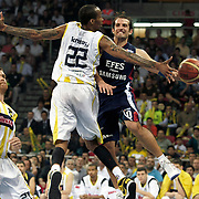Fenerbahce Ulker's Tarence Anthony KINSEY (C), Oguz SAVAS (L) and Efes Pilsen's Kerem TUNCERI (R) during their Turkish Basketball league Play Off Final third leg match Fenerbahce Ulker between Efes Pilsen at the Abdi Ipekci Arena in Istanbul Turkey on Tuesday 25 May 2010. Photo by Aykut AKICI/TURKPIX