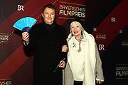 Hans-Jürgen Buchner mit Ehefrau Ulrike Böglmüller auf dem Roten Teppich anlässlich der Verleihung des 41. Bayerischen Filmpreises 2019 am 17.01.2020 im Prinzregententheater München.