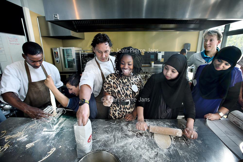 Nederland, Amsterdam , 28 september 2011..kookcursus voor leerlingen van het Calvijn bij Colour Kitchen..Ons foodconcept noemen wij Modern Global Cuisine. Dit betekent dat de keuken is geïnspireerd door de combinatie van de verschillende kookculturen die Nederland rijk is. Dat verschilt van heerlijke gemarineerd rundvlees van de Plancha in lemon gras met bulgur ,walnoten, amandelen, pijnboompitten en een heerlijke frisse mintsalade tot een verrukkelijke Corvinafilet met panko, kruidenkorst, sojasau, bok choy en basmati rijst. De gerechten van The Colour Kitchen zijn verrassend, vernieuwend, spanend, maar toch ook erg vertrouwd. Door invloeden van over de hele wereld heeft onze keuken haar eigen specifieke identiteit. Bij The Colour Kitchen deel je de gerechten met je tafelgenoten. Gezellig de tafel vol met smaakvolle gerechten, die op een eigentijdse manier geserveerd worden. Verschillen zijn mooi, als je ze maar weet te waarderen. Daarom laat The Colour Kitchen gasten graag genieten van de diversiteit van mensen en gerechten uit de hele wereld. En werken in onze bedrijven medewerkers afkomstig van verschillende culturen. Vanuit onze maatschappelijke doelstellingen geven we mensen, met een afstand tot de arbeidsmarkt, een kans hun passie voor koken en gastvrijheid te ontwikkelen. .Foto:Jean-Pierre Jans