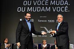 Rogerio Gabriel Comprido ( E ) entrega a Johnny Saad a Láurea Roberto Civita no Festival Internacional de Publicidade de Gramado. Foto: Vinícius Costa/ Agência Preview