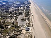 Nederland, Noord-Holland, Zandvoort; 23-03-2020; Parnassia, ondanks het mooie voorjaarsweer liggen de stranden van Zandvoort er verlaten bij door de corona crisis. Niet alleen is alle horeca dicht, ook veel winkels en andere bedrijven zijn gesloten. De parkeerplaatsen zijn afgesloten na de grote drukte om verspreiding van het Corona virus te voorkomen.<br /> Despite the beautiful spring weather, the beaches of Zandvoort are deserted due to the corona crisis. Not only is all catering closed, many shops and other companies are also closed. The parking spaces are closed to prevent the spread of the Corona virus.<br /> <br /> luchtfoto (toeslag op standaard tarieven);<br /> aerial photo (additional fee required)<br /> copyright © 2020 foto/photo Siebe Swart