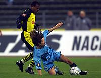 Fotball: Bundesliga. 17.11.200. TSV 1860 München - Borussia Dortmund, Dortmunds Sunday Oliseh gegen Müncherns Erik Mykland. <br /><br />Foto: Jan Pitman, Digitalsport