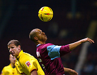 Fotball<br /> Premier League England 2004/2005<br /> Foto: SBI/Digitalsport<br /> NORWAY ONLY<br /> <br /> West Ham United v Watford<br /> Coca Cola Championship. 27/11/2004<br /> <br /> Bobby Zamora of West Ham and Neil Cox of Watford tussle it out
