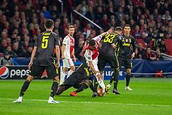 10-04-2019 NED: Champions League AFC Ajax - Juventus,  Amsterdam<br /> Round of 8, 1st leg / Ajax plays the first match 1-1 against Juventus during the UEFA Champions League first leg quarter-final football match / Hakim Ziyech #22 of Ajax, Federico Bernardeschi #33 of Juventus